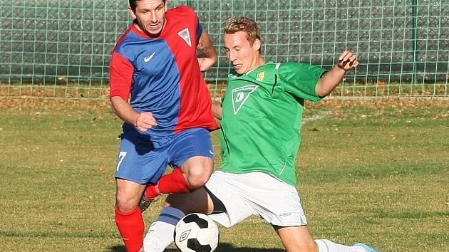 RYNOLTICE NAKONEC NA RAPIDU BODOVALY. Vlevo je rynoltický Stanislav Ptáček a s ním v souboji domácí Tomáš Slatinka.