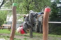 NOVÉ HŘIŠTĚ ŠKOLNÍ DRUŽINY děti využijí především za slunných letních dnů. I včera se však našli odvážlivci, kteří si jej chtěli hned vyzkoušet. Na snímku Sebastian Lachman ze ZŠ U Školy.