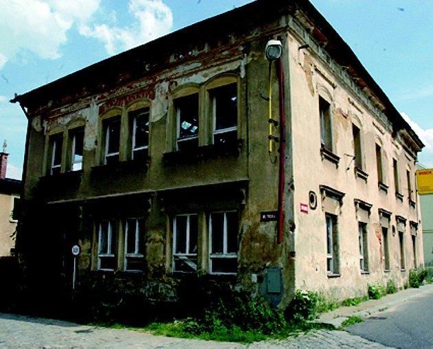 SOUMRAK KAVÁRNY. Budova bývalé kavárny již jen čeká na svůj definitivní konec. Demolice se však protahuje.