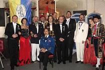 HOSTÉ PRVNÍHO KRÁLOVSKÉHO PLESU. Uprostřed sedí Jeho Veličenstvo král. Na plesech se tradičně udílí medaile a dobročinnou dražbou získávají peníze na surikaty z liberecké ZOO.