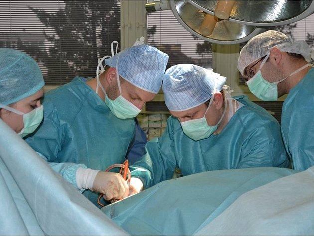 OPERAČNÍ TÝM KÝLNÍHO CENTRA tráví při operaci náročných, nebo také monstrózních kýl, které vzniknou buď mnohaletým zanedbáním nebo v důsledku předchozích operací dlouhé hodiny.