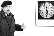 """LADISLAV POSTUPA KOMENTUJE SVOU PRÁCI při instalaci výstavy v prostoru Galerie U Rytíře v Liberci. """"Jsem obrazový tvůrce, já obrazy nehledám, ale vytvářím,"""" vysvětlil Ladislav Postupa."""