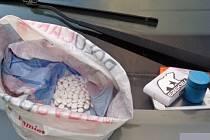 TABLETY léků Cirrus obsahují pseudoefedrin, ze kterého se vyrábí pervitin. Zadržený dvaadvacetiletý mladík jich v kapse u kalhot měl 376 kusů. Nyní mu hrozí vězení nebo pokuta
