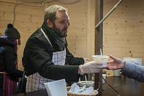 Primátor Liberce Tibor Batthyány ve spolupráci s komunitním střediskem Kontakt Liberec rozdával 8. prosince na náměstí Dr. E. Beneše tradiční adventní dýňovou polévku.