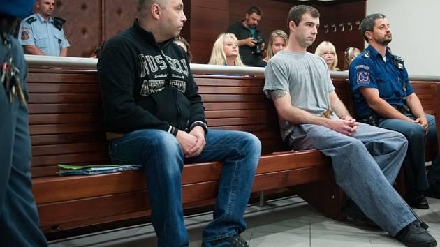 Petr Ryžák (vlevo) a Michal Kerner u Krajského soudu v Liberci.