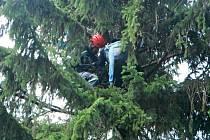 ZÁSAH nebyl pro lezeckou skupinu hasičů vůbec jednoduchý. Paraglid vymotávali hodinu a půl.