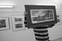 JAN PLACÁK SE NERAD FOTOGRAFUJE. Nechce zviditelňovat sebe, ale práci jednoho z nejvýznamnějších představitelů experimentální grafiky 50. let 20. století v Československu.