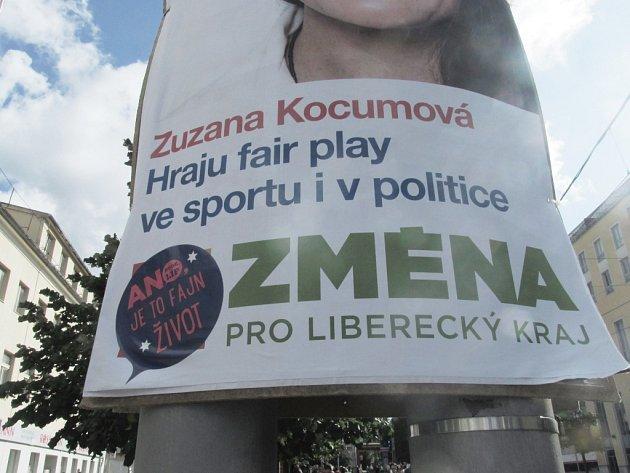 Plakát hnutí Změna přelepený nálepkou hnutí ANO vliberecké Fügnerově ulici.