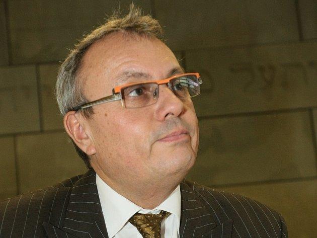 Kandidát na prezidenta Vladimír Dlouhý navštívil Krajskou vědeckou knihovnu a s ní propojenou židovskou Synagogu.