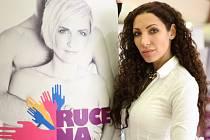 ZPĚVAČKA, HEREČKA A AUTOMOBILOVÁ ZÁVODNICE OLGA LOUNOVÁ bojuje za zdravější ženská ňadra. Zapojila se do kampaně Ruce na prsa. Akce má nyní zastávku v libereckém nákupním centru.