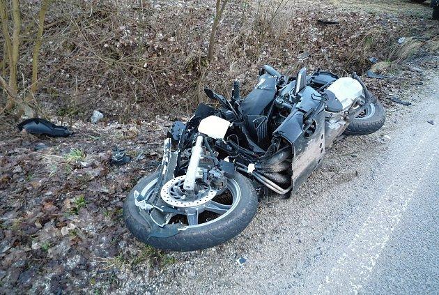 Tragická nehoda motorkáře, která se odehrála vobci Bělá na Semilsku ve čtvrtek vpůl sedmé ráno. Sedmnáctiletý mladík zraněním na místě podlehl.