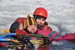 Záchrana osob z ledu na vodní nádrži Harcov - výcvik.