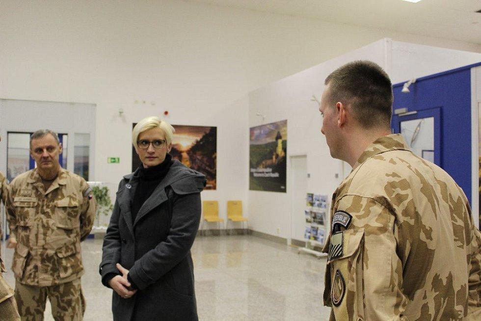 S vojáky se rozloučila ministryně obrany ČR Karla Šlechtová a ředitel SOC MO generálmajor Jiří Verner.
