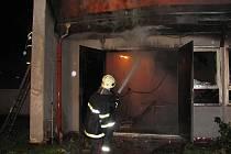 """HASILI NĚKOLIK HODIN. Rozsáhlý požár výrobny obalů způsobil škodu za několik milionů korun. Hasičům se naštěstí podařilo """"ubránit"""" sousední firmu."""