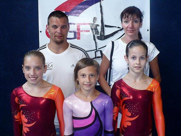 GYMNASTKY SG LIBEREC. Zleva stojí: Aneta Bábíková, Karolína Bartuňková, Lucie Nováková. Trenéři Pavlína Vrchovecká a Ondřej Čech.