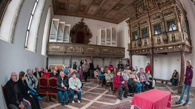ZÁMECKÁ KAPLE je nejvzácnější částí libereckého zámku. Počátkem 17. století, v letech 1604 až 1606, ji  nechala vybudovat Kateřina z Redernu. Hlavní oltář je 7 metrů vysoký. Jedná se o jedinou část zámku, kde se dochoval původní renesanční mobiliář.