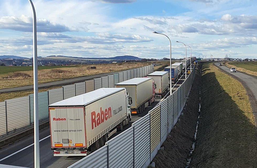 Polští příznivci těžby v dole Turów v pondělí blokovali hraniční přechod u Hrádku and Nisou. Pomalou jízdou se snažili omezit vjezd nákladních vozidel z ČR do Polska. Kvůli tomu se tvořily dlouhé kolony kamionů na silnici vedoucí z Hrádku do přechod v Kop