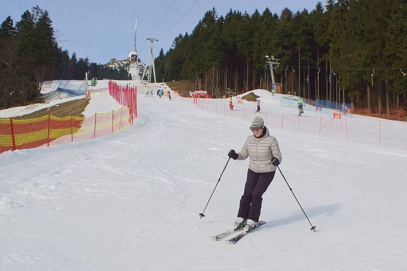 Na Ještědu se lyžovalo už od brzkého rána. Lyžaři si mohli užít Fresh Track.