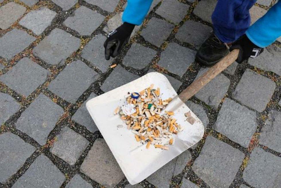 Sbírání cigaretových nedopalků.