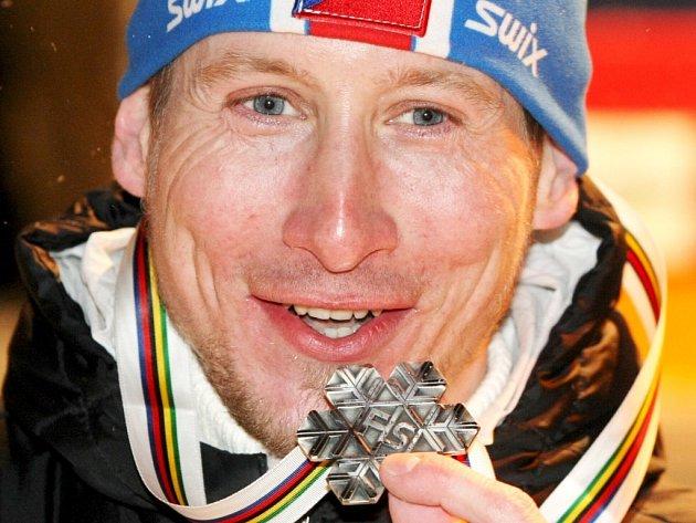 Lukáš Bauer přebírá stříbrnou medaili a křišťálový pohár na slavnostním ceremoniálu před libereckou radnicí.