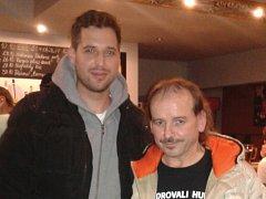 MICHAL MALÉŘ s oblíbeným zpěvákem Vlastou Redlem na nedávném koncertu v klubu Bedna v Liberci.