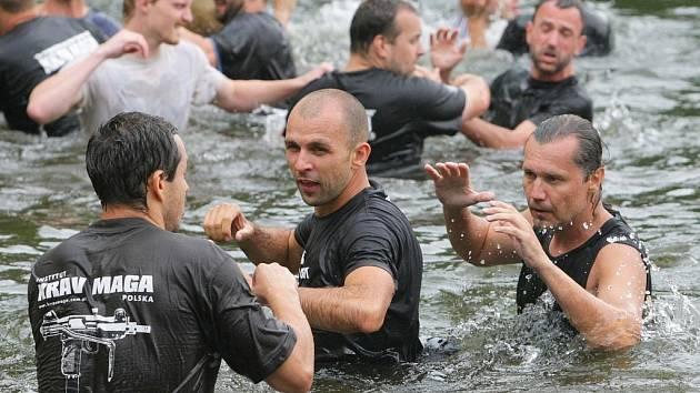 V rámci semináře probíhaly také nácviky ve vodě na hejnickém koupališti.