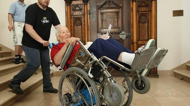 Jak lze zpřístupnit prostory Severočeského muzea v Liberci vyzkoušeli vozíčkáři a jinak tělesně postižení lidé. Cestu do vyšších pater muzea a zpátky si vyzkoušela Marie Žudeková na vozíku a práci se schodolezem zaměstnanec muzea Zdeněk Mazač.