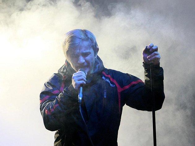JEŠTĚ ZPÍVÁ V ZIMNÍ BUNDĚ. Zpočátku Kryštof Michal, zpěvák kapely Support Lesbiens, zpíval v zimní bundě. Během koncertu se ale natolik rozehřál, že ji sundal a zůstal v tričku.