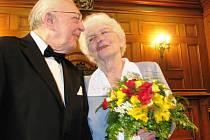 ZÁŘILI I PO LETECH. Vzájemná láska vyzařovala z tváří zlatých novomanželů Olgy a Jaroslava Špátových i po letech.