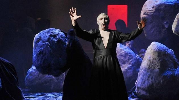 NOVÁ OPERA MÁ DNES PREMIÉRU. Dílo trochu zapomenutého ruského skladatele Antona Rubinštejna, operu Démon, připravilo nyní liberecké Divadlo F. X. Šaldy. Opera má dnes večer premiéru.