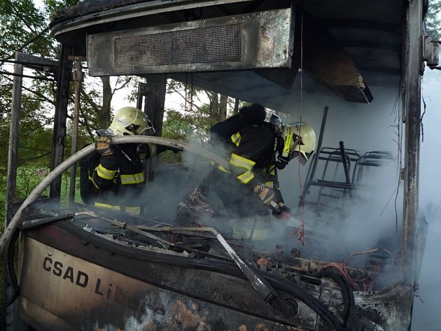 Autobus pohltily plameny nedaleko Křižan na Liberecku.