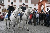 VELIKONOČNÍ JÍZDA, zvyk Lužických Srbů, se koná už stovky let. Letos v ní jelo 77 jezdců na bohatě zdobených koních. Korouhve, které vezli, značí jednotlivé farnosti oblasti.