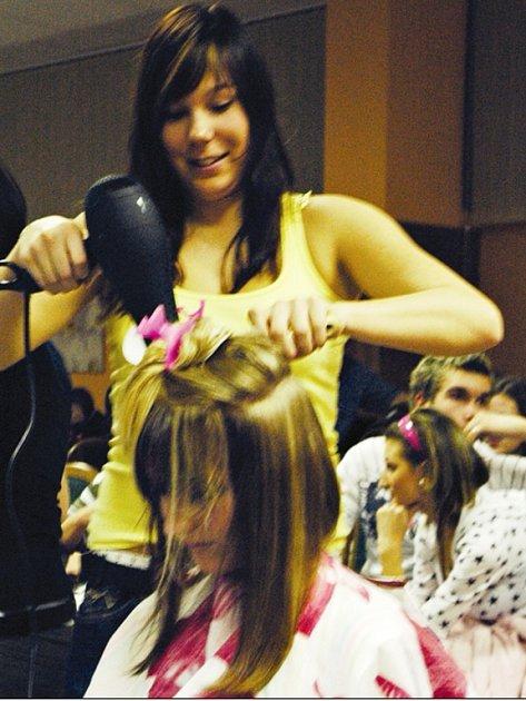 Školní kolo soutěže studentek a studentů kadeřnického oboru pořádala liberecká Střední škola gastronomie a služeb ve školní restauraci Centrum na Králově Háji.