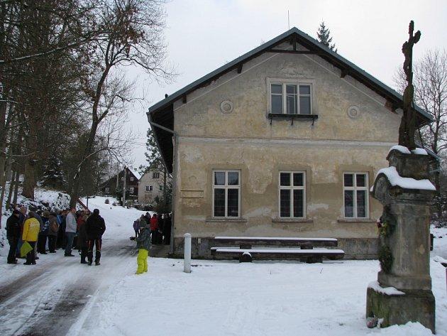 STARÁ ŠKOLA v Modlibohově ještě čeká na novou fasádu, vnitřek už je nový.