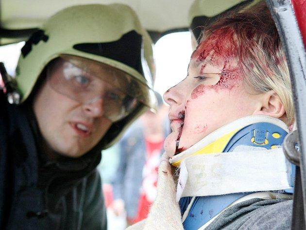 Hasiči lidem předvedli, jak vypadá zásah u vážné autonehody.