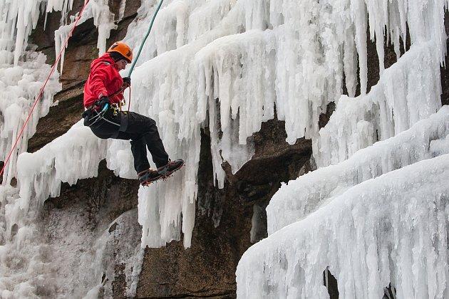 Horolezci na 18 metrů vysoké uměle vytvořené ledové stěně v bývalém lomu v centru Liberce. Snímek je z 7. března.