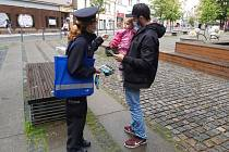 Policistky z oddělení tisku a prevence Krajského ředitelství policie Libereckého kraje oslovovaly v centru Liberce rodiče s dětma a rozdávaly jim pomněnky do klopy a cenné rady.
