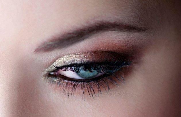 ZÁŘIVÉ OKO. Kombinace trendů vklasičtější variantě. Zářivé oční stíny, umělé řasy a intenzivní oční linka.