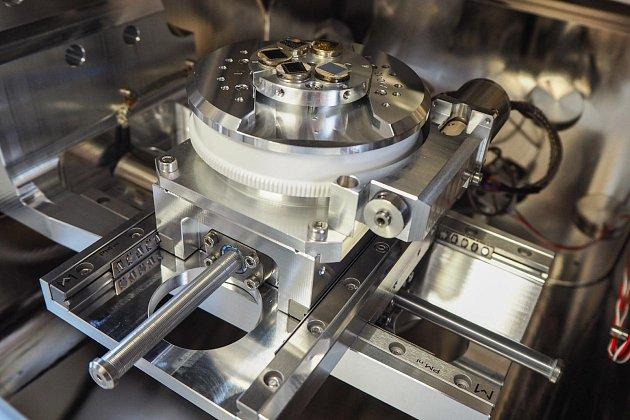 Mikroskop má velkou komoru srobustním stolkem, který unese vzorky do hmotnosti 3kilogramů.