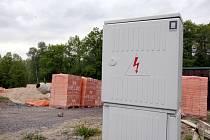 Poddimenzovaná síť nestačí potřebám stavitelů a brání tak ČEZu, především u větších projektů, uzavírat s jejich zhotoviteli nové smlouvy o dodávkách elektrické energie.