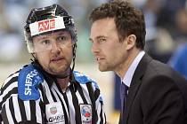 FILIP PEŠÁN, šéf na lavičce libereckých hokejistů, diskutuje při zápasu extraligy s rozhodčím.