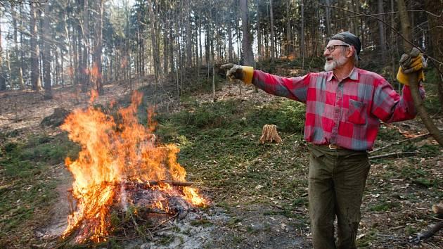Jan Zeman likviduje následky řádění kůrovce v lesoparku nad libereckou přehradou už zhruba šest týdnů. S pálením je teď ale konec.