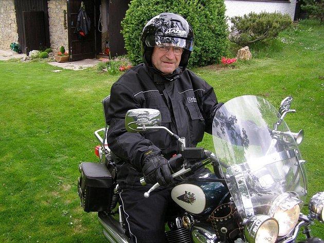 """PROFESOR ING. PETR MOOS, CSC., se dnes už opět občas projede na své motorce. """"Díky libereckým lékařům,"""" říká."""