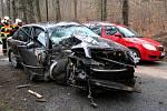Vážná nehoda osobního automobilu Škoda Superb se stala v sobotu po poledni na silnici mezi Raspenavou a Oldřichovem v Hájích na Liberecku. V blízkosti Šolcova rybníku narazil řidič do stromu.