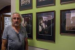 Vernisáž výstavy Z Jizerských hor do Českého ráje proběhla 8. června v kostele sv. Anny v Jablonci nad Nisou. Výstava představuje obrazy, šperky a objekty umělců severovýchodních Čech a potrvá do 20. září 2018. Na snímku je fotograf Josef Honzík.