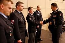 POLICEJNÍ prezident Tomáš Tuhý (vpravo) předává medaile policistům, kteří zasáhli u nehody.