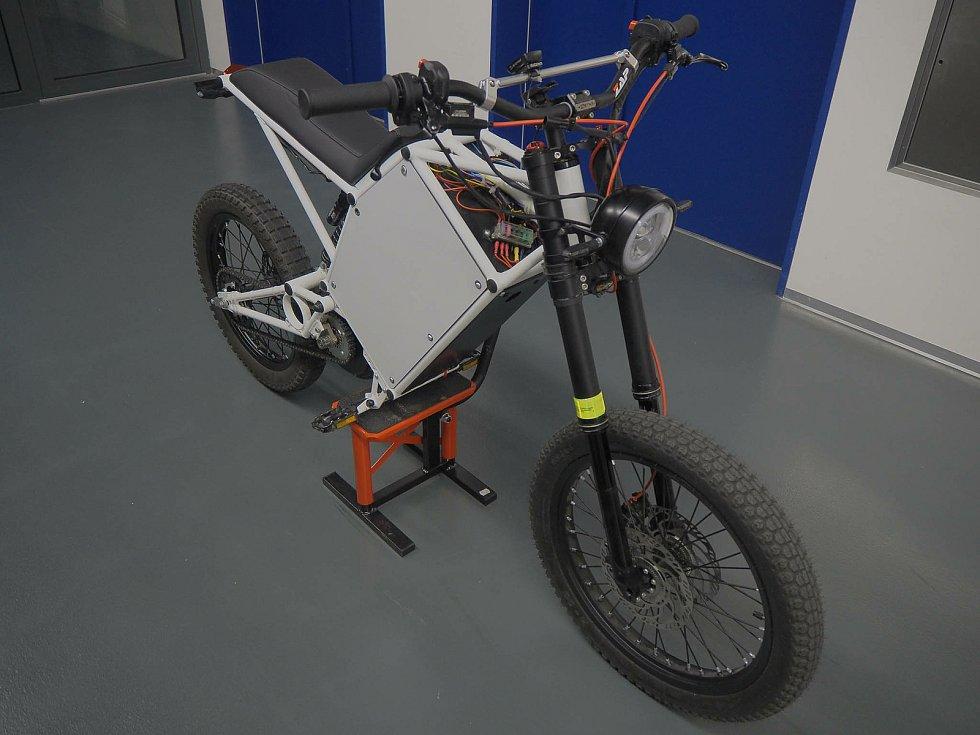 Na TUL vyvíjená motorka se díky výkonné baterii pyšní dojezdem jednoho sta kilometrů.