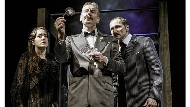 Členové souborů Divadla F. X. Šaldy inscenují doma scény z představení, v nichž hrají. Na snímku Zdeněk Kupka jako detektiv Poirot.