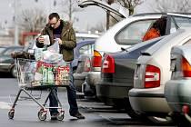 LÁKADLO. Parkoviště u supermarketů jsou častým místem krádeží v autech.