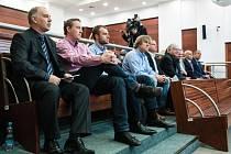 V kauze neoprávněného pobírání odměn v dozorčích radách krajských společností (nemocnice v České Lípě a Silnice LK) figuruje 11 obviněných. Mezi nimi jsou i bývalí, vysoce postavení krajští politici včetně exhejtmana Eichlera (tehdy ČSSD).